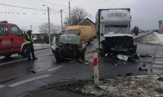 Groźny wypadek w Dąbrowie, zderzyły siętrzy pojazdy