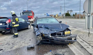 Groźny wypadek pod Łęczycą. Dwa rozbite auta, jedna osoba trafiła do szpitala