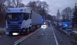 Wypadek w Żarnowie, jedna osoba ranna. Droga jest zablokowana